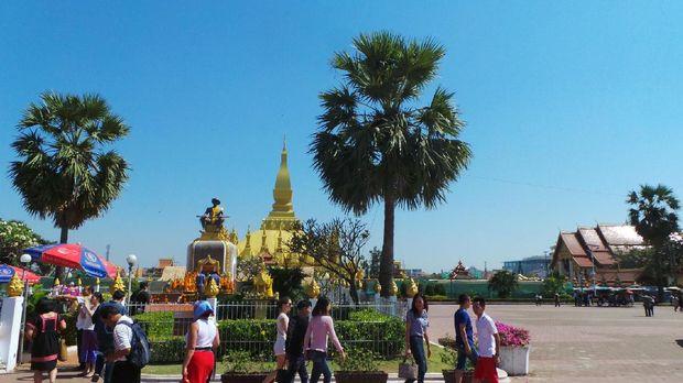 Wisatawan yg mengunjungi stupa emas (Masaul/detikTravel)