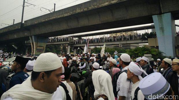 Ada juga yang berjalan kaki dari Stasiun Juanda ke Masjid Istiqlal.