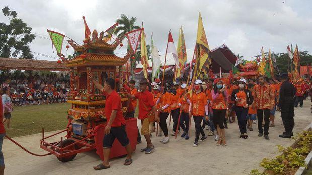 Pawai tandu joli dewa-dewa di Cap Go Meh Singkawang (Fitraya/detikTravel)