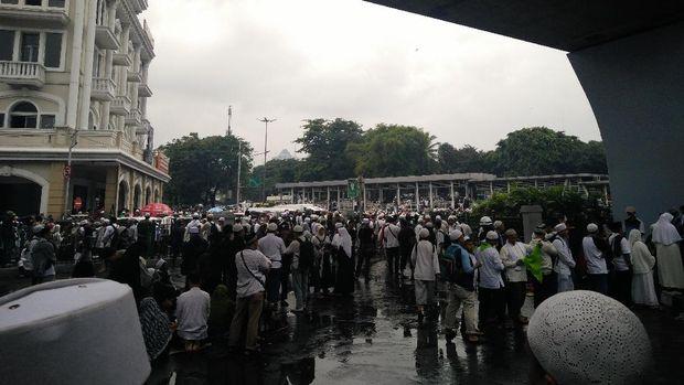 Massa meluber di Jalan Juanda.
