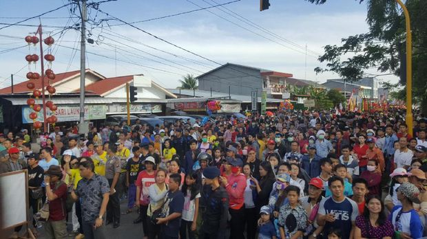 Ribuan warga antusias menonton Cap Go Meh Singkawang