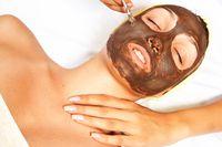 Masker arang bisa bantu membersihkan kulit.
