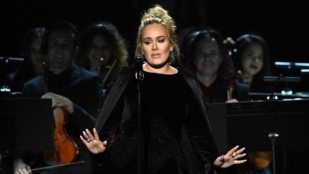 Adele saat menyanyikan Fastlove untuk George Michael.