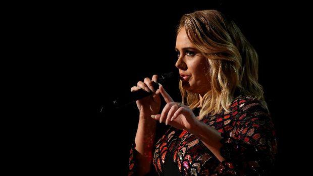 Adele membuka Grammy dengan Hello.