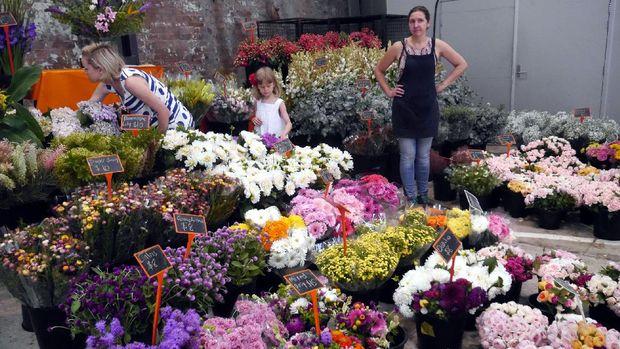 Bunga-bunga hias cantik juga dijual di pasar ini (Wahyu/detikTravel)