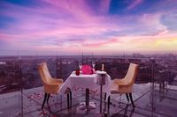 Asyiknya Menikmati 'Skywalk Dinner' dengan Pasangan di Ketinggian Lantai 18