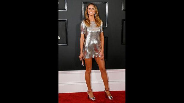 Heidi Klum mengenakan busana metalik dengan warna sampanye, 'seragam' dengan selebriti lainnya.