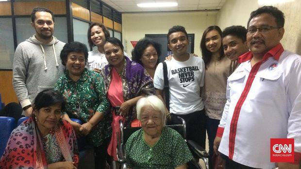 Keluarga Ellyas Pical dan Edi Nurianda (kanan) mendampingi di Rumah Sakit Harapan Kita.