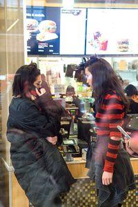 Gaya Super Stylish Kendall Jenner & Bella Hadid Saat Beli Camilan di McD