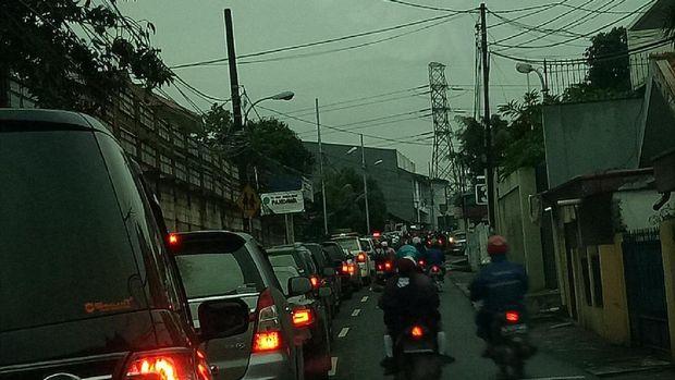 Senin Pagi Hujan Guyur Jakarta, Sejumlah Ruas Jalan Macet
