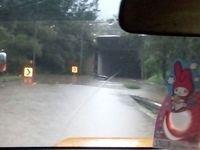 Mobil pengendara terendam banjir di Tunnel Cikunir.