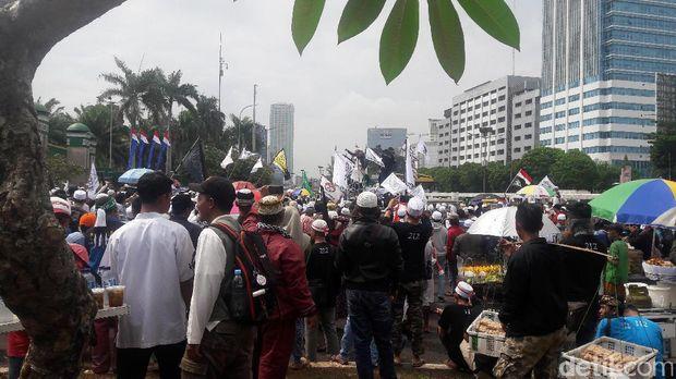 Massa yang masih melanjutkan orasi di depan gedung DPR, Selasa (21/2/2017)