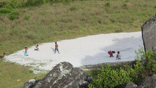 Hamparan pasir di atas Bukit Sumpula, Papua (Afif/detikTravel)