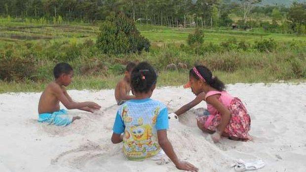 Anak-anak asyik bermain pasir (Afif/detikTravel)