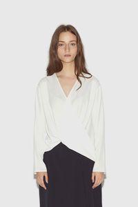 5 Blus & Kemeja Putih yang Tak Membosankan untuk Dipakai Bekerja