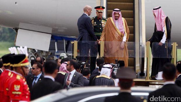 Pria Tegap Berkepala Plontos di Dekat Raja Salman, Siapa Dia?