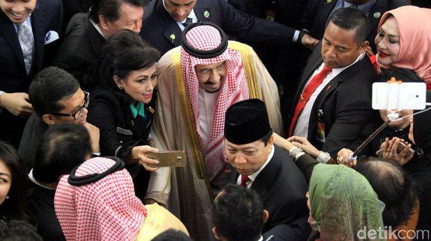 Rajanya masuk Vlog Jokowi dan Diajak Selfie, Warga Saudi Senang