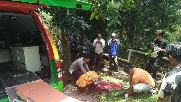 Kecelakaan menewaskan satu orang dan melukai empat orang lainnya