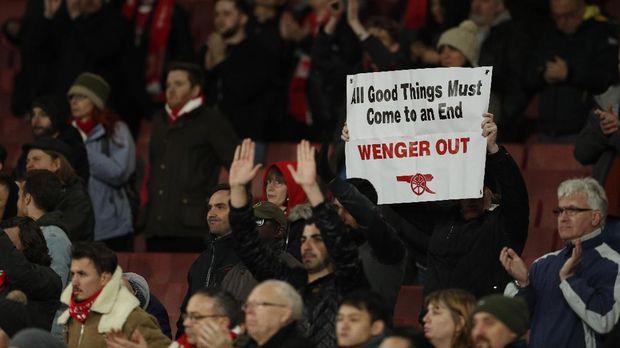 Menguntungkan bagi klub, Arsene Wenger tetap dipertahankan Arsenal meski mendapat desakan mundur dari suporter.