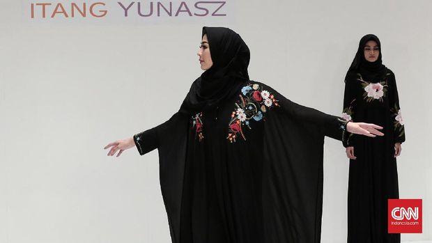 Motif Tenun di Busana Muslim Terbaru Itang Yunasz
