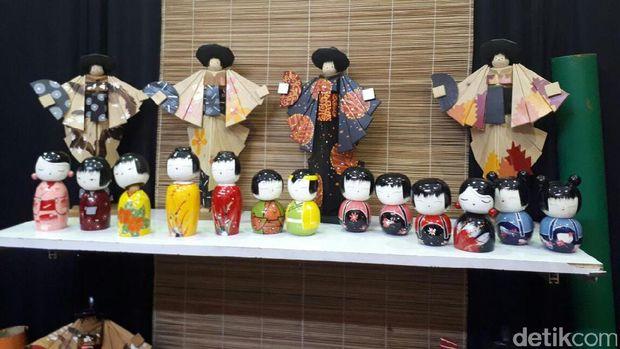 Limbah kayu diolan jadi aneka boneka Jepang