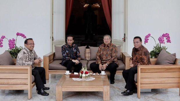 Momen Bungkuk Hormat Jokowi ke SBY di Istana Merdeka