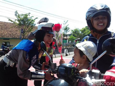 Polisi Karanganyar Ingatkan Para Ortu Pakaikan Anak Helm