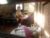 Kisah Kendar, Bocah SD Marawat Ayahnya yang Lumpuh Seorang Diri