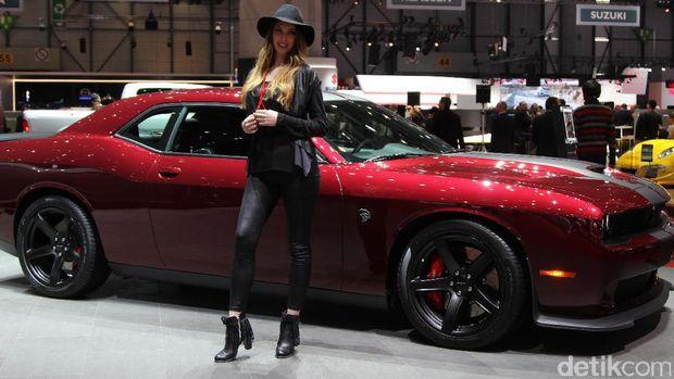 Gadis SPG di booth Chevrolet