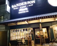 Sanderson Coffee: Enaknya Ayam Bakar Berbalut Cabe Hijau yang Pedas Gurih!