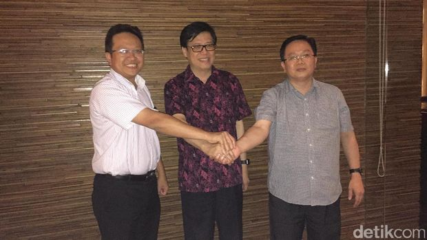 (Kiri ke kanan) Thomas Wijaya, Wakil Presiden AHM Johannes Loman dan Didi Kwok