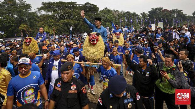 Walikota Bandung Ridwan Kamil diarak menggunakan Sisingaan pada acara Deklarasi Ridwan Kamil sebagai calon Gubernur Jawa Barat 2018/2023.