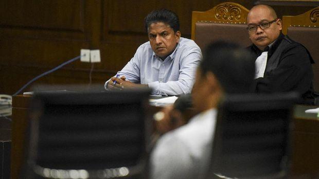 Terdakwa Ramapanicker Rajamohanan Nair (kiri) mendengarkan keterangan saksi di Pengadilan Tipikor, Jakarta.
