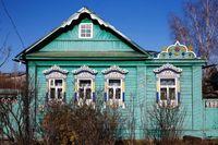Jendela kaca penuh ukiran dan ornamen di rumah asli Rusia (Maxim Shemetov/Reuters)