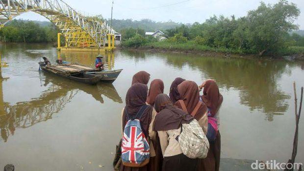 Jembatan Apung Kampung Laut Cilacap Siap Difungsikan