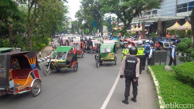 Pengemudi Becak Motor di Medan Demo Lagi