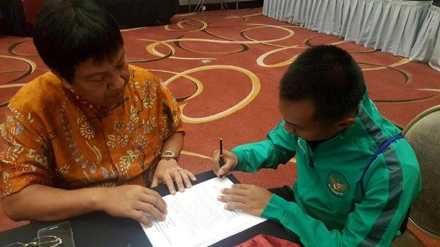 Muhammad Hargianto melakukan tanda tangan kontrak dengan Persija Jakarta disaksikan I Gede Widiade.