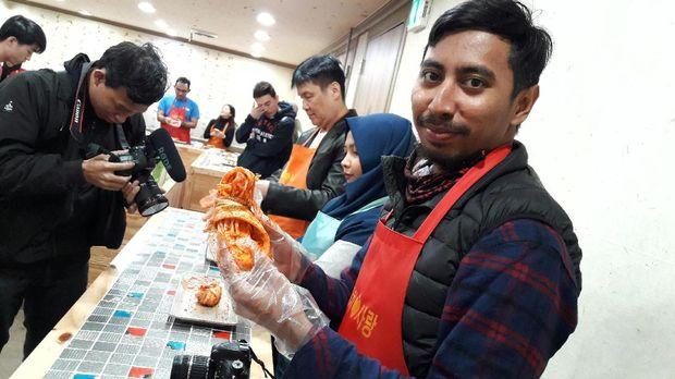 Penasaran Bikin Kimchi & Pakai Hanbok Khas Korea