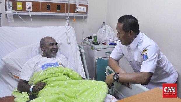 Eduardus Nabunome saat dikunjungi oleh pengurus PASI DKI Jakarta.