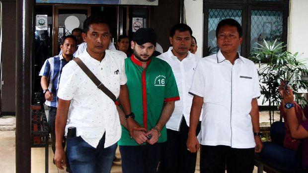 Pada akhir Maret, putra Rhoma Irama, Ridho Rhoma tertangkap atas kepemilikan dan konsumsi obat-obatan terlarang.