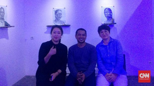Kurator Kim Byung Un, Seniman Aliansyah Caniago dan Boo Ji Hyun berfoto bersama di pameran lukisan wajah masyarakat Sunda Kelapa.