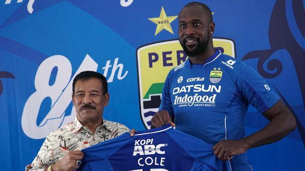 Carlton Cole mengklaim Umuh Muchtar mencegahnya untuk bermain.