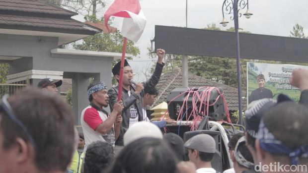 Ratusan Korban Banjir Kabupaten Bandung Duduki Kantor Bupati