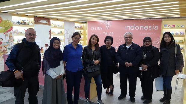Tim Komite Buku Nasional dan Atase Pendidikan dan Kebudayaan KBRI Paris, Prof. Dr. Surya Rosa Putra, MS. (detikcom/andi)