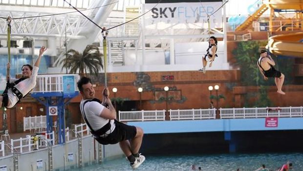 Wahana Skyflyer Zipline yang berada di atas air (West Edmonton Mall)