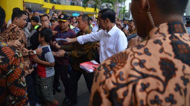 Datangi Cibinong City Mall, Jokowi Bagikan Buku ke Pengunjung