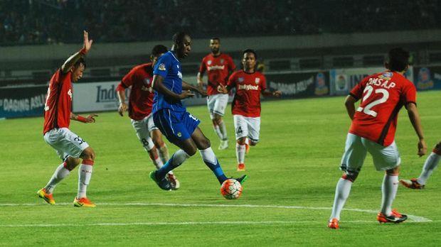 Carlton Cole baru main empat kali bersama Persib Bandung di Liga 1.