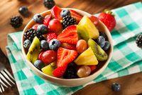 Salad buah untuk camilan sehat di kantor.