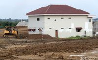Rumah Juragan Warteg di tengah Proyek jalan tol Pejagan-Pemalang