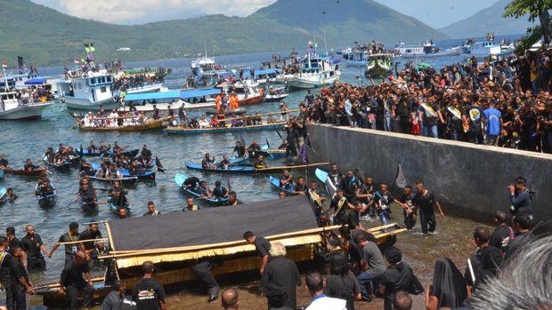 Ribuan peziarah ikut mengarak patung Yesus (Petrus Ola)